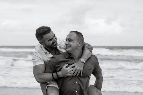 Foto profissional grátis de à beira-mar, abraço, afeição