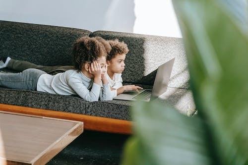 Man En Vrouw Zittend Op De Bank Met Behulp Van Laptopcomputer