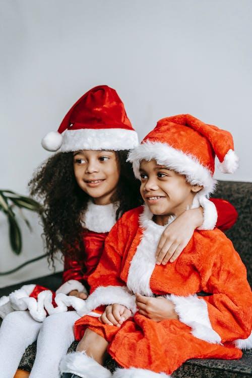 Vrouw In Rode En Witte Kerstman Kostuum Met Baby In Witte En Rode Kerstmuts