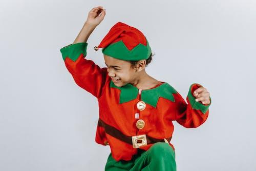 Anak Laki Laki Dengan Kostum Santa Merah