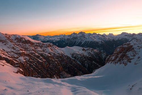Заснеженная гора во время заката