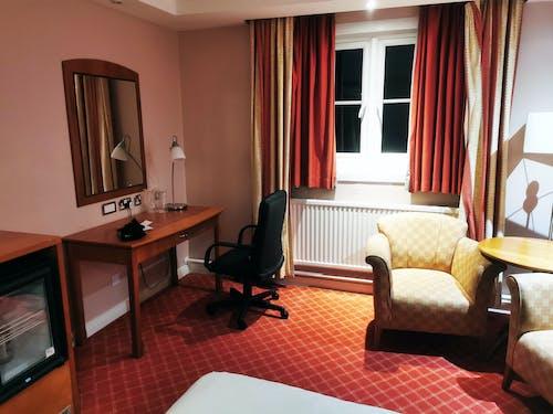 Darmowe zdjęcie z galerii z biurko, hotel, lampa, łóżko