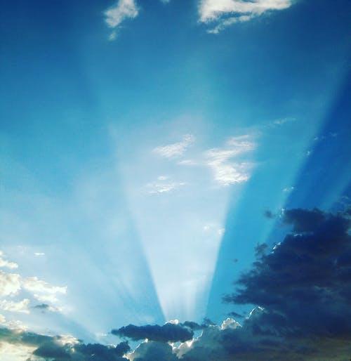 Foto profissional grátis de raio de sol, raio solar