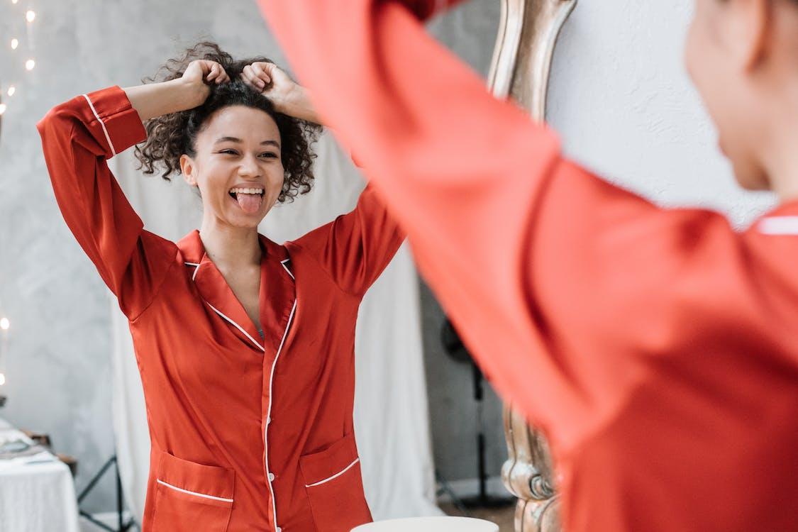 Základová fotografie zdarma na téma fixující vlasy, hezký, jazyk ven