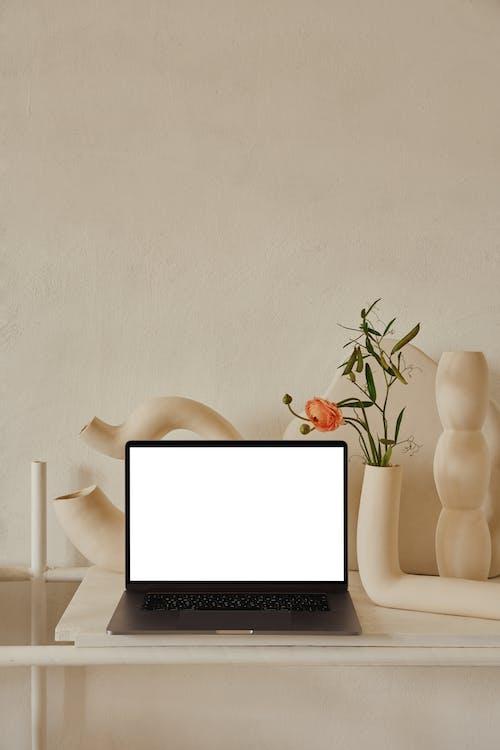 Macbook Pro Na Mesa De Madeira Branca