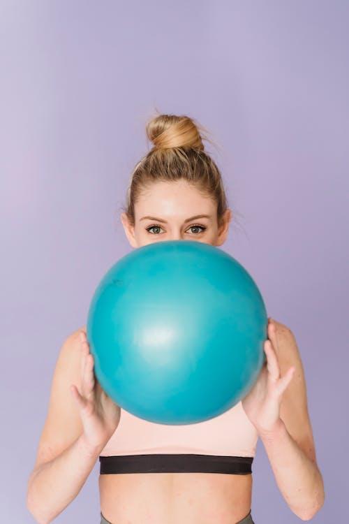 Garçon Tenant Une Boule Bleue Sur Sa Tête