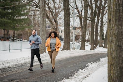 Mann Und Frau Gehen Auf Schneebedeckter Straße