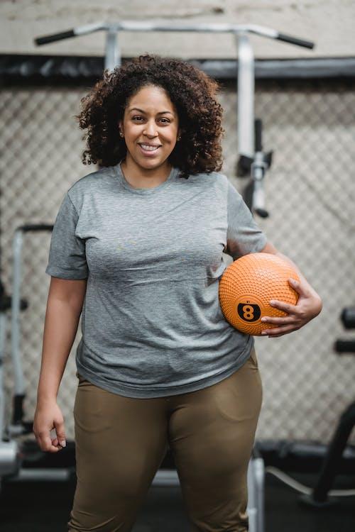 Femme En T Shirt à Col Rond Gris Tenant Le Basket Ball