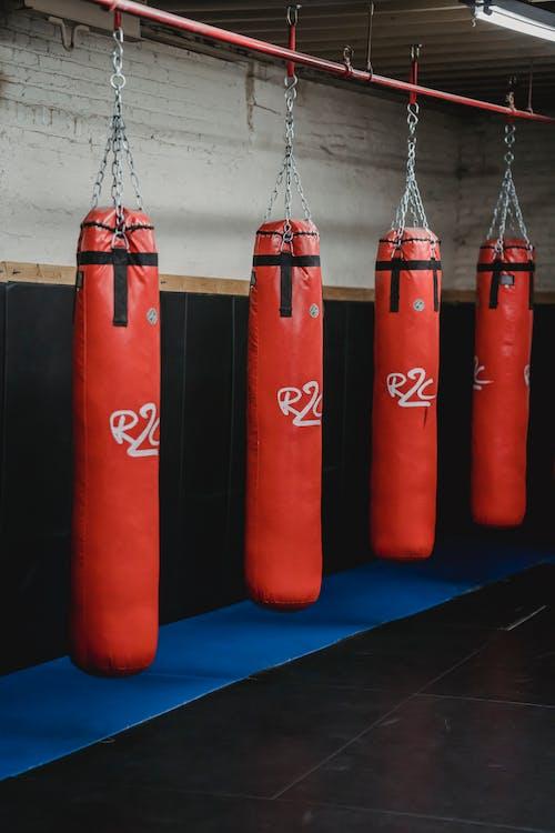 青い表面の赤いボクシンググローブ