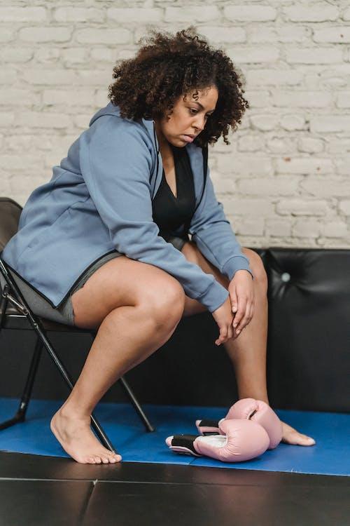 Femme En Blazer Bleu Assis Sur Une Chaise Bleue