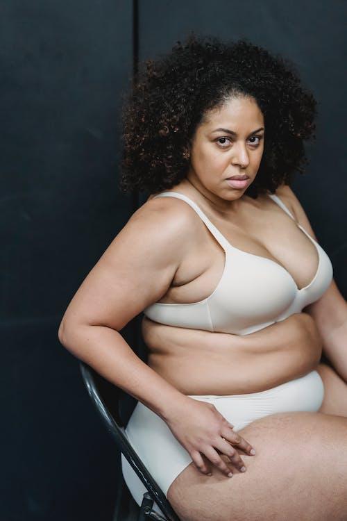 Donna In Bikini Bianco Che Si Siede Sulla Sedia Nera