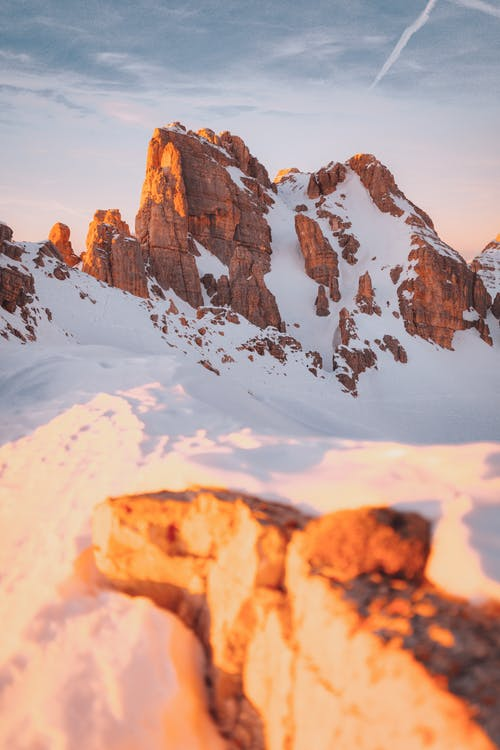 Коричневая скалистая гора, покрытая снегом