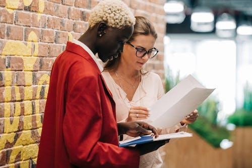Femme En Blazer Rouge Tenant Du Papier D'imprimante Blanc