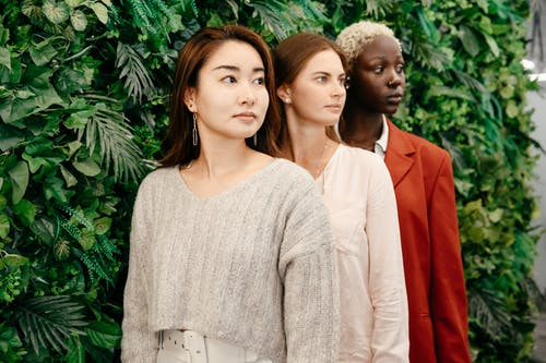 Wanita Dengan Sweater Rajut Putih Di Samping Wanita Dengan Blazer Merah