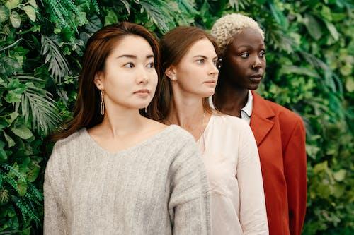 Wanita Berkemeja Putih Lengan Panjang Di Samping Wanita Blazer Merah
