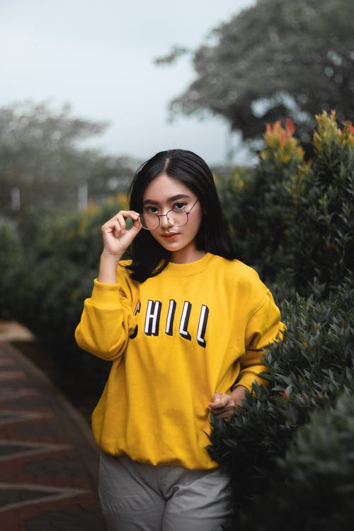 Gratis stockfoto met Aziatische vrouw, bril, casual kleding