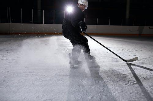 Mann In Der Schwarzen Jacke, Die Eishockey Spielt