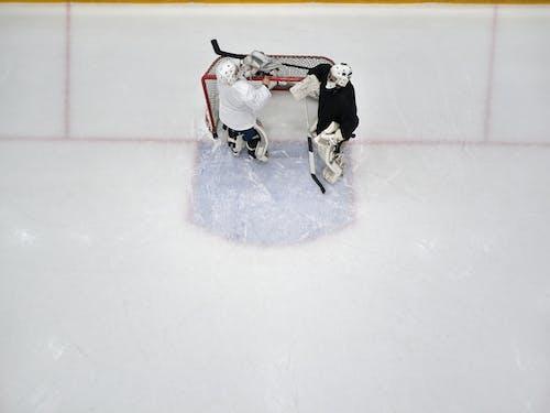 2 Männer Spielen Eishockey