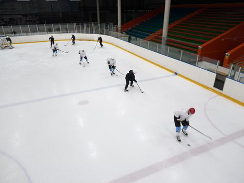 Leute, Die Eishockey Auf Eisfeld Spielen