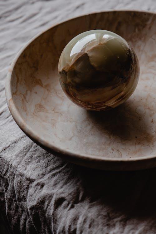 Boule D'or Sur Plaque En Céramique Marron
