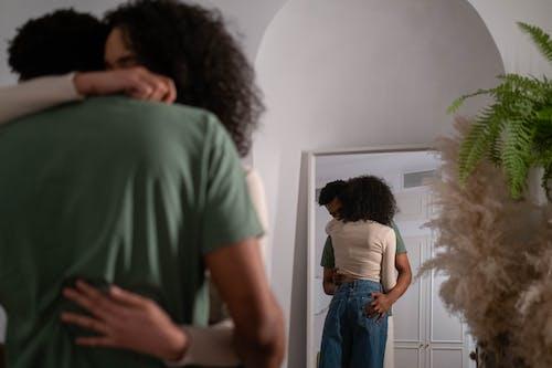 Kostenloses Stock Foto zu afrikaner, beziehung, blaue jeans
