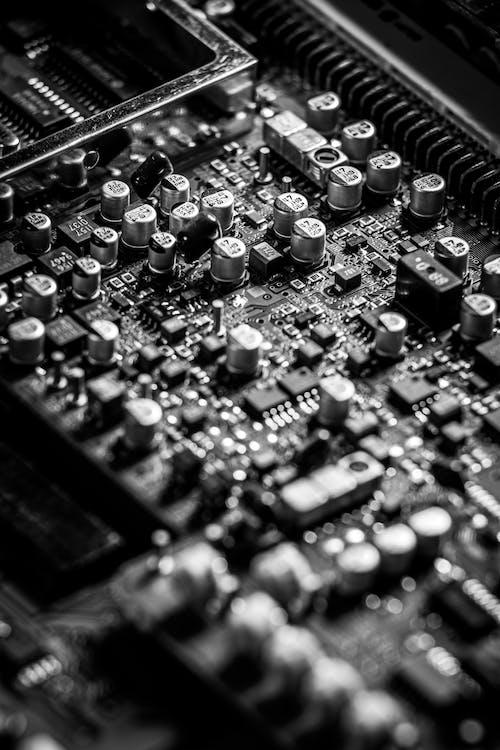 Foto d'estoc gratuïta de blanc i negre, condensadors, electrònica