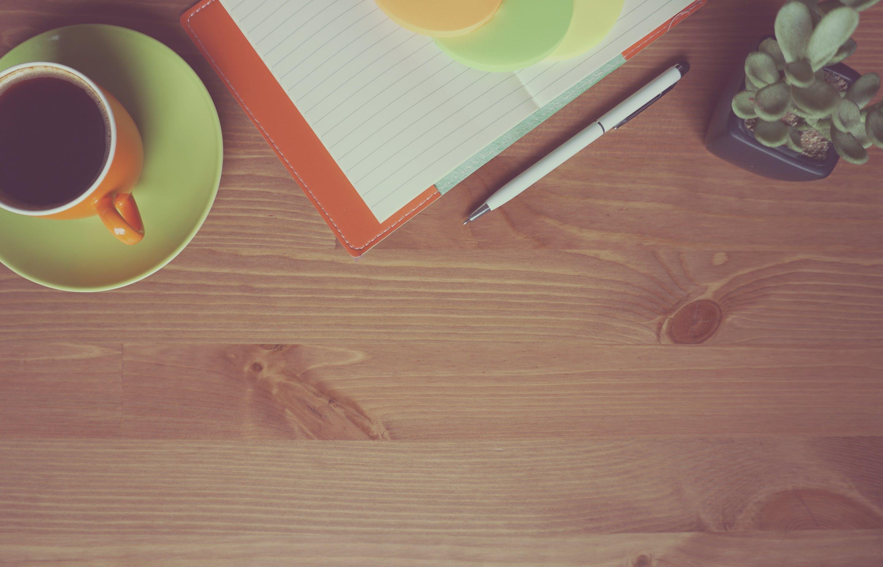 Kostenloses Stock Foto zu holz, kaffee, tasse, schreibtisch