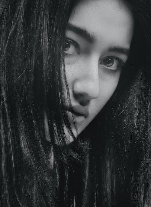 Darmowe zdjęcie z galerii z brunetka, ciemny, czarno-biały