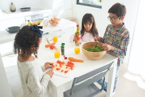Gratis arkivbilde med aktivitet, barn, grønnsaker