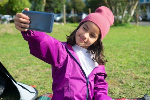 Fotobanka sbezplatnými fotkami na tému čas na zábavu, čiapka, človek