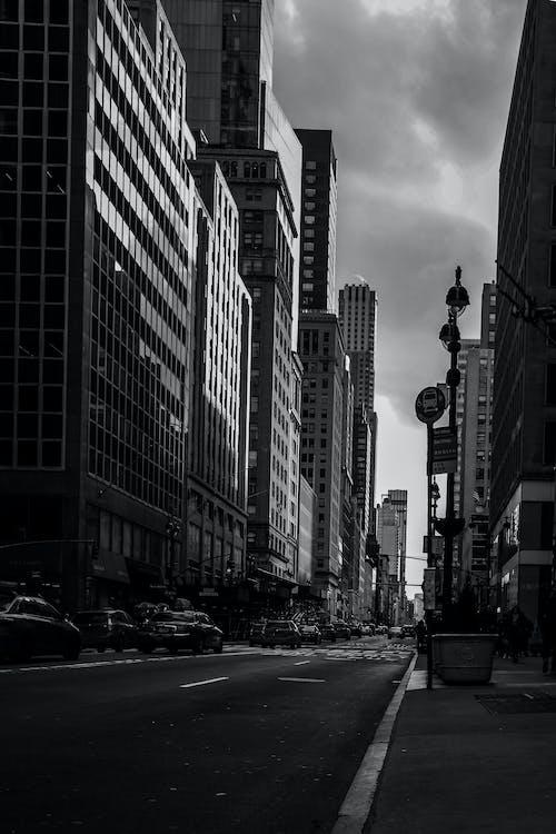 Fotos de stock gratuitas de borde del camino, calzada, edificios