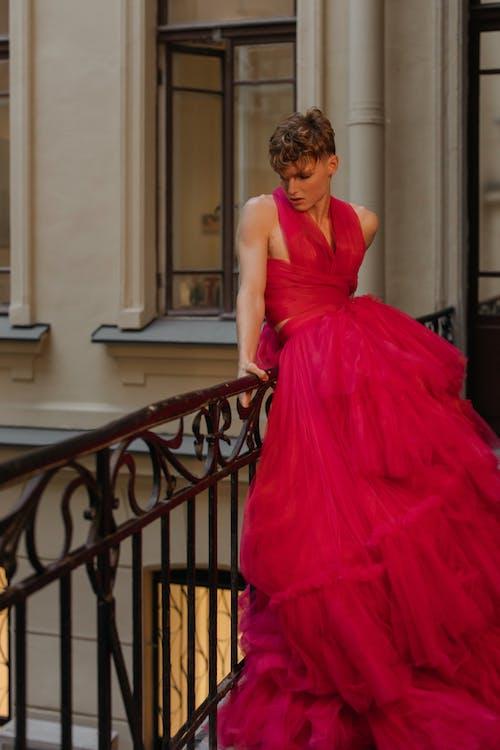 Бесплатное стоковое фото с архитектура, Балкон, бальное платье