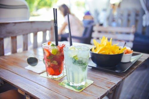 Darmowe zdjęcie z galerii z alkohol, bar, drink, koktajle