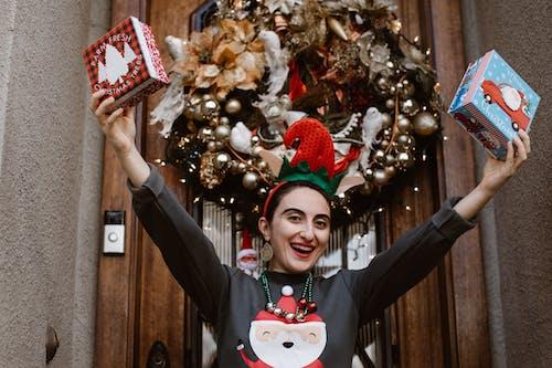 Foto stok gratis angkat tangan, hadiah, hari Natal