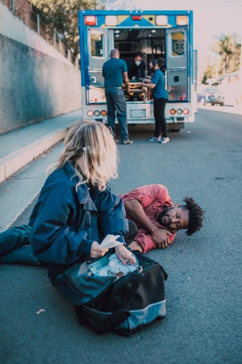Fotos de stock gratuitas de borde del camino, gente, herido