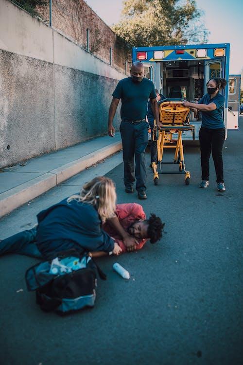 Foto profissional grátis de acostamento, ambulância, beira da estrada