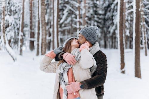 คลังภาพถ่ายฟรี ของ กลางแจ้ง, กอด, การกอด, การจูบ