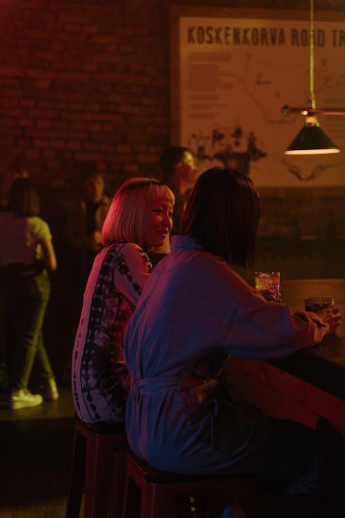 Бесплатное стоковое фото с алкогольные напитки, бар, барный стул