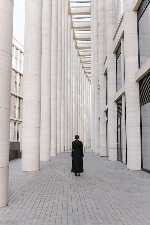Immagine gratuita di architettura, cappotto nero, colonne