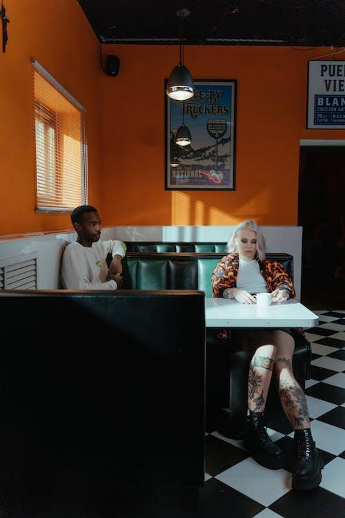 Δωρεάν στοκ φωτογραφιών με διαφωνία, καθιστός, κάθομαι