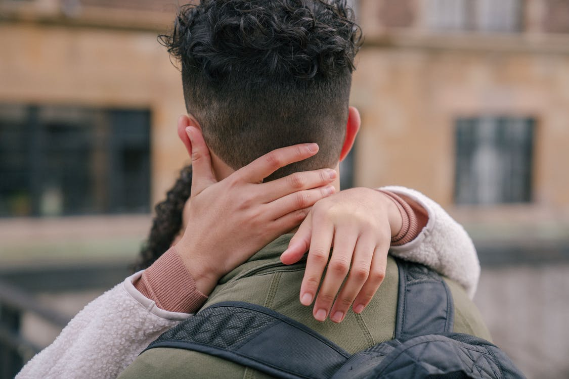 Fotos de stock gratuitas de abrazar, abrazo, acurrucarse