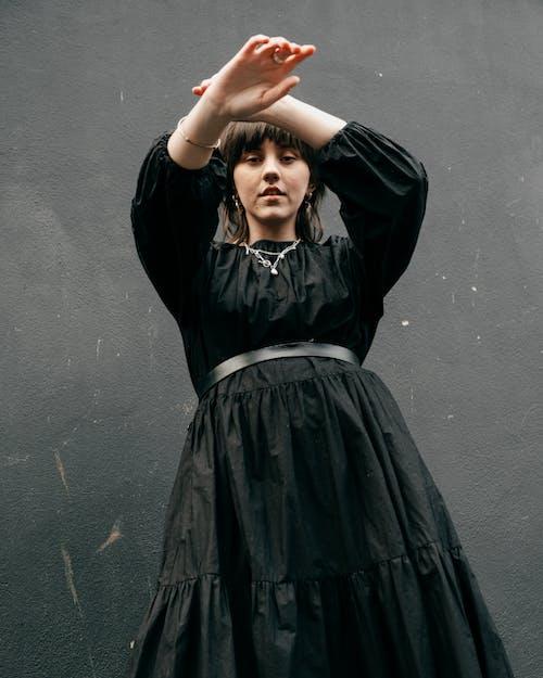 Základová fotografie zdarma na téma brunetka, černé pozadí, dáma