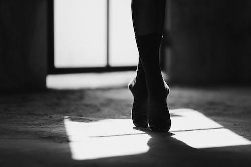 Foto profissional grátis de andar, anônimo, arte