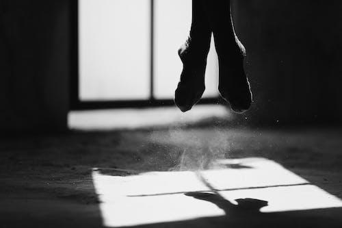 Foto profissional grátis de ação, andar, anônimo