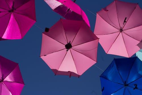 天空, 落下, 藍色, 雨傘 的 免费素材照片