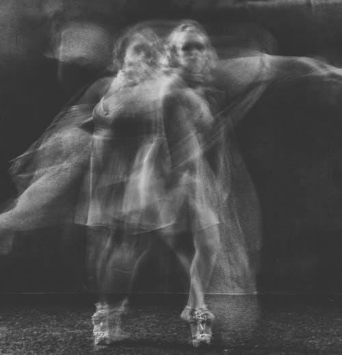 Darmowe zdjęcie z galerii z девушка, лицо, монохромный, пожертвовать