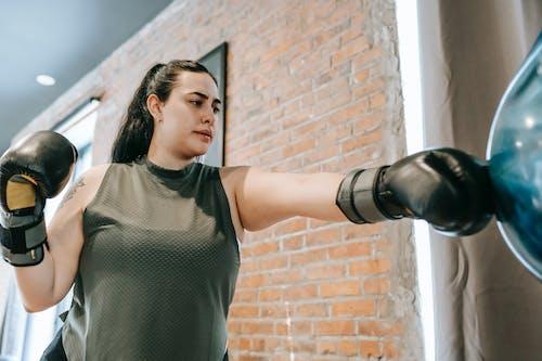Foto profissional grátis de academia de ginástica, ação, acertar