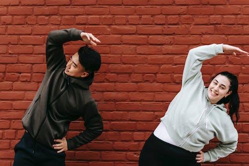Foto profissional grátis de ação, afirmativo, alcance lateral superior