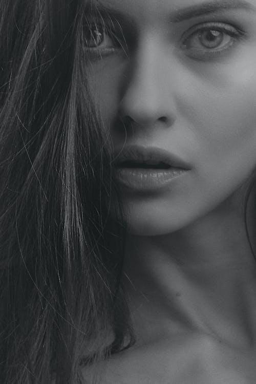 Darmowe zdjęcie z galerii z ciemny, czarno-biały, dziewczyna, elegancki