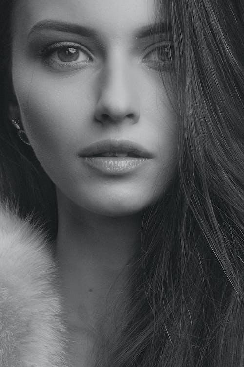 Darmowe zdjęcie z galerii z cielisty, ciemny, czarno-biały, dziewczyna